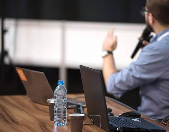 Na co zwrócić uwagę, wybierając salę konferencyjną? Czy wyjazd do centrum konferencyjnego to dobry pomysł?